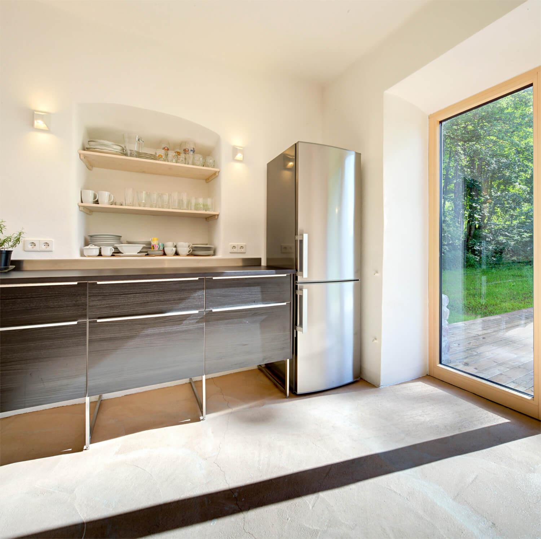 Ferienhaus Maar1 am Goldberg - moderne Küche im alten Bauernhaus mit direktem Zugang zu Terrasse und Garten
